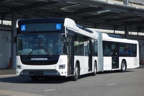 120人乗っても大丈夫 日野・いすゞが国産初の連節バス:日経 ...
