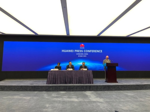 本社がある中国・深セン市で会見したファーウェイの宋柳平・最高法務責任者(左から2人目)
