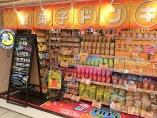 ドンキが東京駅の地下街進出、菓子と酒に「全振り」の大胆戦略