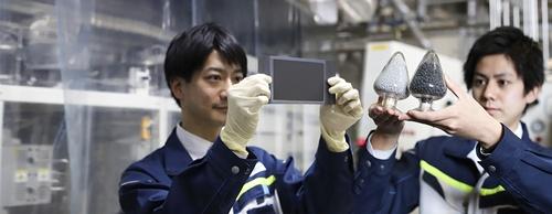 大阪ガスのメタネーションの実験に用いられているセル(左)と、メタン合成に使われる触媒(右)
