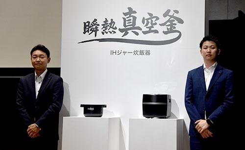 瞬熱真空釜炊飯器の発表会で登壇した勝間氏(右)と河阪氏
