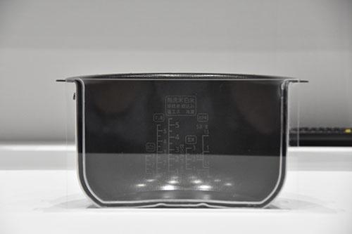 瞬熱真空釜炊飯器の釜の断面。幅4mmの真空スペースが設けられている