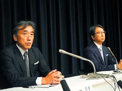 時短実験の参加希望店説明会の後、報道陣の質問に答えるファミリーマートの沢田貴司社長(左)