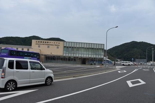 以前は道路にまで韓国人旅行者が並んでいたという比田勝港。8月最後の週末、人影はまばらだった