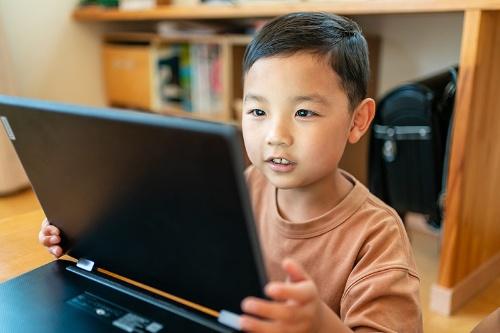 ほとんどの小中学生にはパソコンやタブレットなどのデジタル機器が配布されている(写真はイメージ:PIXTA)