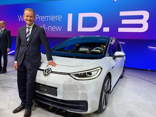 フランクフルトモーターショーでヘルベルト・ディース社長は、新型EV「ID.3」をお披露目した。11月から量産を始める