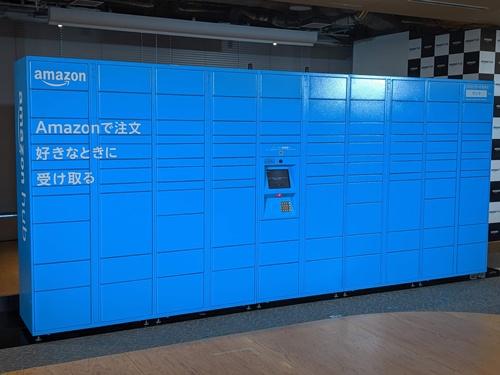9月18日の会見で公開された「Amazon Hub ロッカー」は幅5m弱。一方、「ファミリーマート ムスブ田町店」に設置されたロッカーは、コンビニのスペースに合わせ、3分の1程度の大きさだった