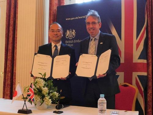 17年に英国大使館で開かれた厚労省と英国公衆衛生局の協力覚書調印式。英国からは当時の最高責任者ダンカン・セルビー氏(右)が出席した。日本からは当時の健康局長の福島靖正氏(左)が出席