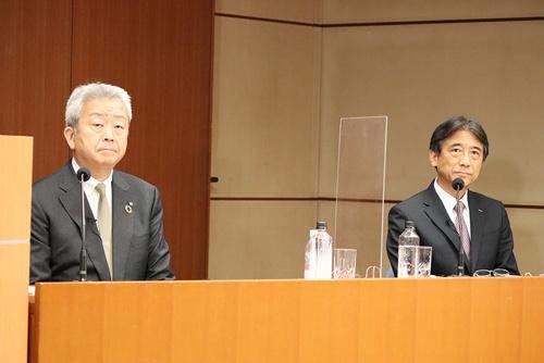 NTTの沢田社長(左)はグループの再結集で国内外のビジネス強化を狙うと語った