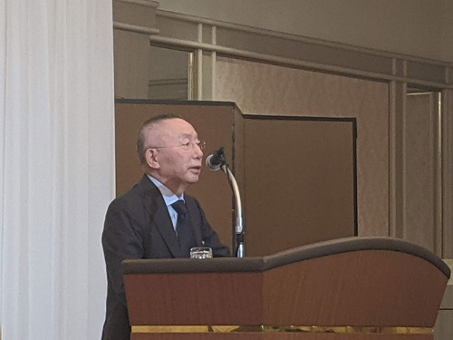 ファーストリテイリングの19年8月期決算説明会で「ライフウェア」の成功を強調する柳井正・会長兼社長