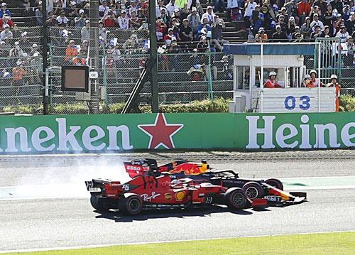 F1日本GP決勝のスタート直後、フェラーリのシャルル・ルクレール(手前)と接触したレッドブル・ホンダのマックス・フェルスタッペン=鈴鹿サーキット(写真:共同通信)