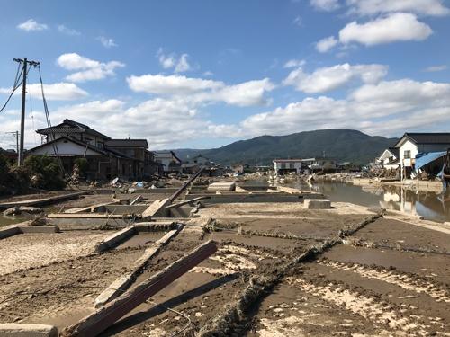 決壊地点に近い住宅の被害。基礎を残して建屋が流された。(写真:中村 晋一郎)
