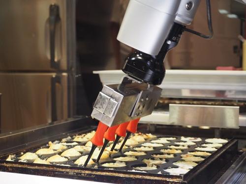 たこ焼き調理ロボの「オクトシェフ」。一度に最大96個のたこ焼きを焼き上げる