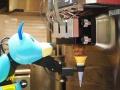 セブン&アイ・フードが導入、調理ロボットは最低賃金で働く