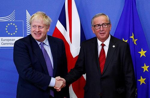 ジョンソン英首相とEUのユンケル委員長は、英国のEU離脱の条件で合意した(写真:ロイター=共同)