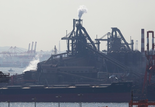 川崎市内のJFEスチールの製鉄所(写真:AP/アフロ)