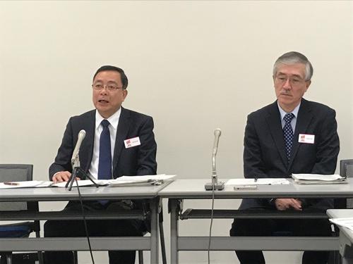 会見で再建策を発表する三井E&Sホールディングスの岡良一社長(左)ら