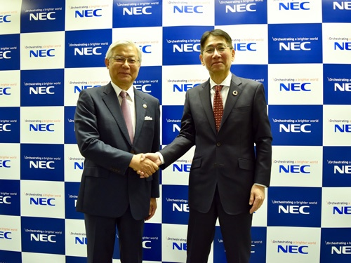 新野社長(左)とともに会見した森田氏は大阪府出身。1983年に東大法学部を出てNECに入社し、2016年に取締役執行役員常務、18年に代表取締役執行役員副社長兼CFOに就いた。会見では「M&Aは事業を進める上でのツールのひとつ。特殊なものではない」と語った。