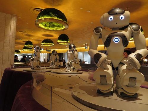 二足歩行型ロボット「NAO」もスタッフとして勤務