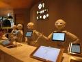 人型ロボ・ペッパー、「インスタ映え」カフェ勤務で人気再燃できるか