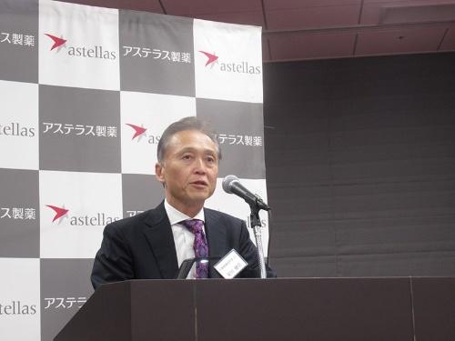 説明するアステラス製薬の安川健司社長
