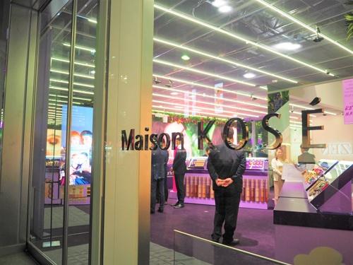 花王は12月4日、「BEAUTY BASE by Kao」を開業(写真上)。コーセーは12月17日に「メゾン コーセー」をオープンした