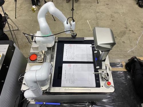 2台のCOBOTTAと卓上カメラ、スライダーなどの装置で構成される
