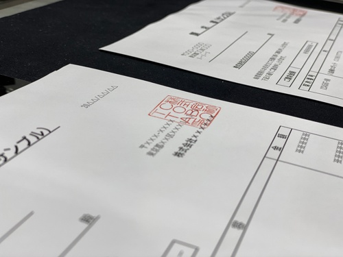 ロボットが押印した書類。下には柔らかいマットが敷かれ、きれいにハンコが押せる