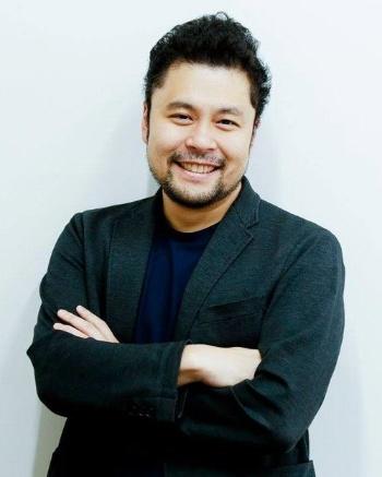 "<span class=""fontBold"">緒方憲太郎(おがた・けんたろう)氏</span><br>  大阪大学基礎工学部卒業後、大阪大学経済学部卒業。公認会計士試験に合格し、2006年に新日本監査法人(現EY新日本監査法人)へ入社。その後Ernst&Young NewYork、トーマツ ベンチャーサポート(現デロイト トーマツ ベンチャーサポート)にてスタートアップから大企業まで経営支援を手掛ける。15年に医療ゲノム検査事業のテーラーメッドを創業し、3年後に売却。16年Voicy(東京・渋谷)を創業。既にClubhouseのフォロワーは6万人に増えて、Twitterのフォロワー(2.3万人)を超えた。"
