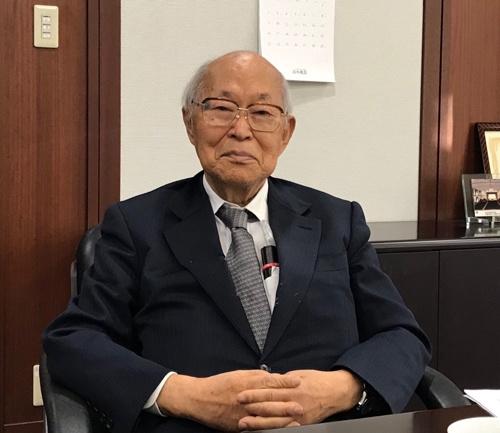 "<span class=""fontBold"">有馬朗人(ありま・あきと)</span><br> 物理学者。1953年東京大学理学部物理学科卒、56年東大原子核研究所助手。71年米ニューヨーク州立ストニーブルク校教授を経て75年に東大理学部教授。89年から93年まで東大総長。93年から98年まで理化学研究所理事長。98年7月の参議院議員選挙で、自民党が比例代表制選挙で擁立、当選。小渕恵三内閣発足とともに文部相。99年1月から科学技術庁長官兼務。同10月の内閣改造で退任。その後、日本科学技術振興財団会長、科学技術館館長を歴任。沖縄科学技術大学院大学の創設に関わり、現在も同大学の理事を務める。1930年生まれ。"