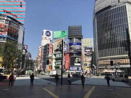 JR渋谷駅前のスクランブル交差点。緊急事態宣言が発出された翌4月9日、午前10時ごろ