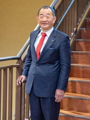 """<span class=""""fontBold"""">[たなか・くにひこ]</span><br>1951年岡山県総社市生まれ。73年桃山学院大学経済学部を卒業し、醸造酢メーカーに入社。すし店の営業などを担当した。77年に退社後、堺市にすし店を開業した。すしの握りや魚捌きの技術、経営ノウハウは独学で習得した。84年に回転ずし業態に参入。90年に株式会社くら寿司を設立し、2001年にはナスダック・ジャパン(現ジャスダック)上場を果たす。趣味は釣り。暇を見つけては日本海や和歌山県の海へと出かける。"""