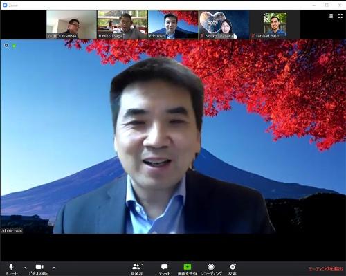米ズームのエリック・ユアンCEO。米サンノゼの自宅からZoomによるインタビューに応じた。中国から米国に渡り、1997年にビデオ会議サービスの米ウェブエックスに入社。2007年に米シスコシステムズがウェブエックスを買収した後、11年までエンジニアリング担当役員を務めた。その後、独立してズーム・ビデオ・コミュニケーションズを設立した