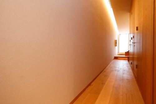 間口が約2メートルと狭い「ウナギの寝床」のような部屋。もともとオフィスビル仕様の設計をホテルに変えた。日光を採り、かつ部屋数を増やすためのアイデアだ