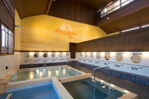 東京・町田市の大蔵湯。あえて高/中/水という温度が異なる浴槽しかないシンプルな設計にし、静かで落ち着く温浴空間を演出した(写真:今井健太郎建築設計事務所、以下同)