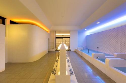 新宿区の栄湯。4人の哲学者をモチーフに、4色の光と白い壁との組み合わせで独特の空間を演出している