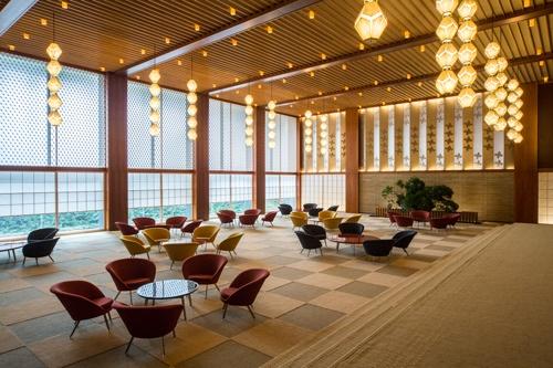 新しいロビーでも旧本館で使用していた照明やテーブルセットを再利用している。建築材にもこだわり、元の雰囲気を残す