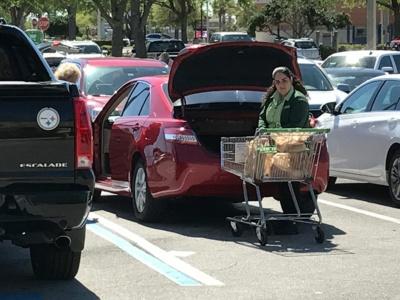 店員が客が買った商品を車まで運び、積み込む光景も。パブリックスは「働きがいがある企業」という評価も受けている