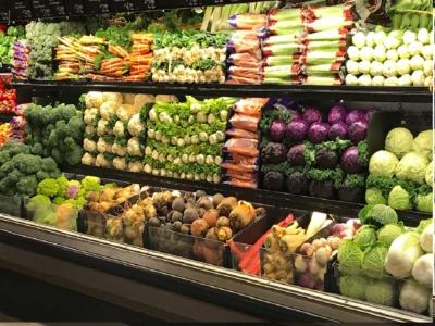 野菜が美しく並ぶ米国のスーパーマーケットの売り場(ワシントン州シアトルのスーパーで)