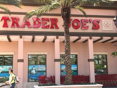 店舗外観も楽しげな食品スーパーのトレーダージョーズ。ロサンゼルスで創業し、現在は41の州で488店舗を展開する( 写真はフロリダ州オーランドの店舗)
