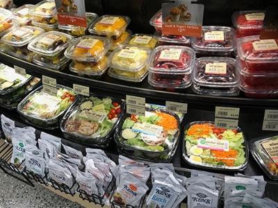 Wawaの店内には、サラダなどの商品が並ぶ