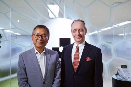 Jリーグの村井チェアマン(左)と新日本プロレスのメイ社長(写真=栗原克己)