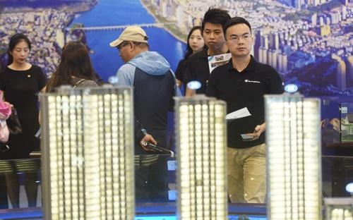 中国ではあちこちでマンション販売の展示会が開かれ、多くの購入希望者が来場する(写真:ユニフォトプレス)
