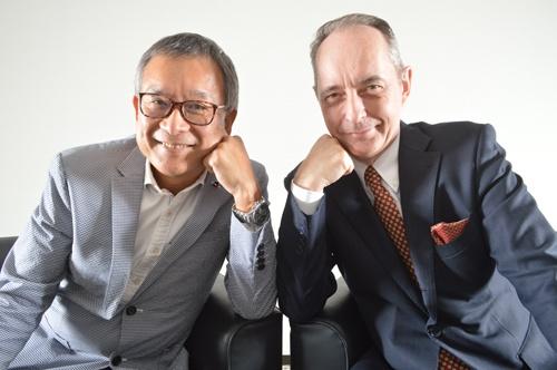 日本プロサッカーリーグ(Jリーグ)の村井チェアマン(左)と新日本プロレスリングのハロルド・ジョージ・メイ社長(写真=栗原克己)