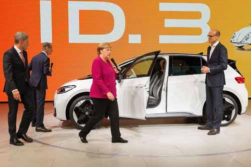 2019年9月「フランクフルトモーターショー2019」で披露されたVWのEV「ID.3」。ドイツ首相、アンゲラ・メルケル氏も登場し、ご機嫌で運転席に収まるパフォーマンスを見せていた。(写真:AFP/アフロ)