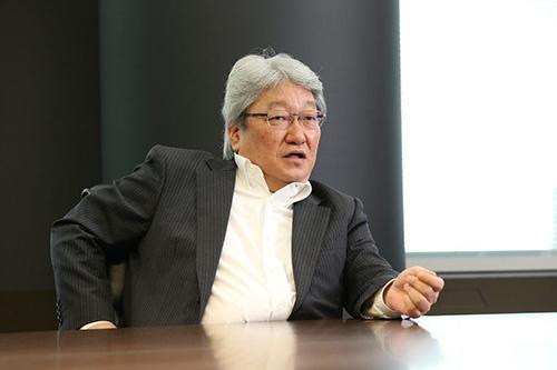 鈴木洋(すずき・ひろし)1958年生まれ。82年東洋大学経営学部卒。85年に米メンロー大学を卒業しHOYA入社。97年常務、99年専務、2000年社長。03年より現職。11年からシンガポール支店代表を兼ね、生活の拠点をシンガポールに置く。HOYAの中興の祖といわれた鈴木哲夫元社長の長男。東京都出身。