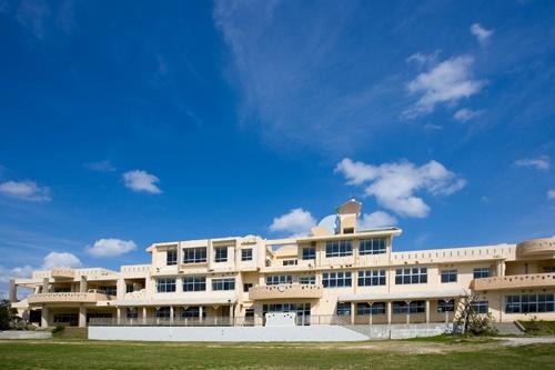 沖縄県うるま市にある「N高」の沖縄伊計本校