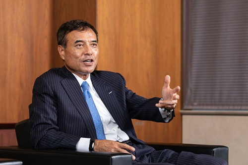 """<span class=""""fontBold"""">新浪剛史[にいなみ・たけし]</span><br />1959年生まれ。81年に三菱商事入社。91年に米ハーバード大学経営大学院修了、MBA(経営学修士)を取得。2002年ローソン社長CEO、14年より現職(写真=北山宏一)"""