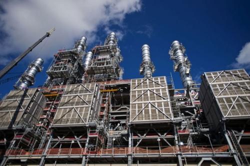 LNGプラントの大型化が進んでいる(写真は米テキサス州のLNGプラント、Bloomberg/Getty Images)