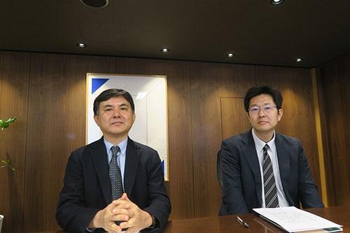 LIXILグループに対し臨時株主総会の招集請求をした英マラソン・アセット・マネジメントの髙野雅永・東京事務所日本調査担当(左)と、英ポーラー・キャピタルの小松雅彦・日本における代表者兼調査部長